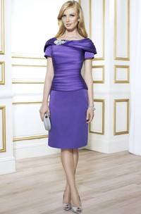 Knee-Length Scoop Neck Ruched Short Sleeve Satin Mother Of The Bride Dress With Broach